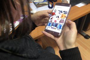 Mujer observa publicidad en su teléfono