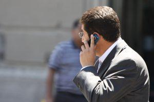 Hombre habla por celular